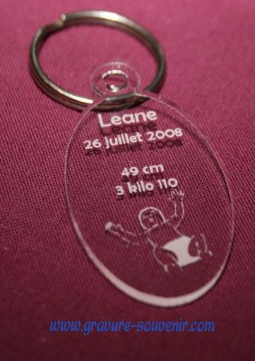 porte clé naissance ovale en plexiglas - gravé avec les informations du nouveau né
