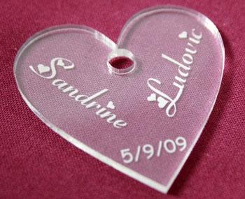 Rond de serviette en plexiglas pour mariage - personnalisé en forme de coeur