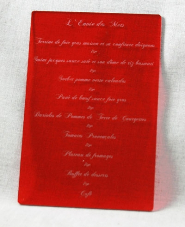 Menu petite taille pour mariage gravé et personnalisé en plexiglas de couleur : 9,5 x 14,5 cm