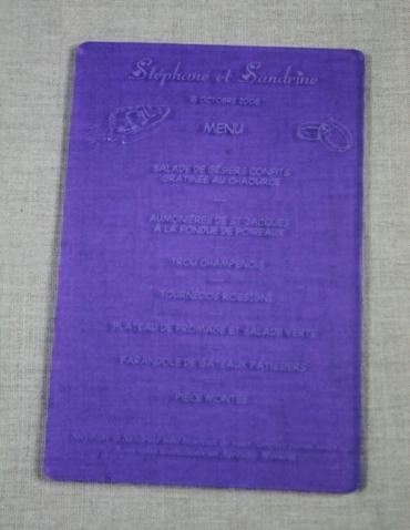 Menu petite taille pour mariage gravé et personnalisé en plexiglas satiné : 9,5 x 14,5 cm