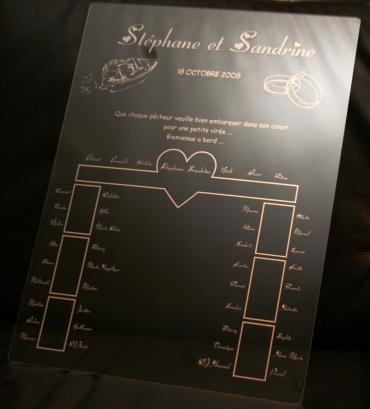 Plan de table personnalisé et gravé en plexiglas transparent pour un mariage original