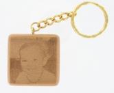 porte clef carre grave et personnalise sur du bois